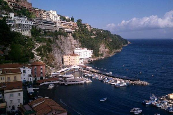 photo of sorrento italy coastline