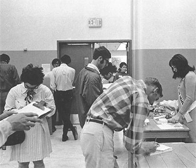 photo of students signing up at MSU