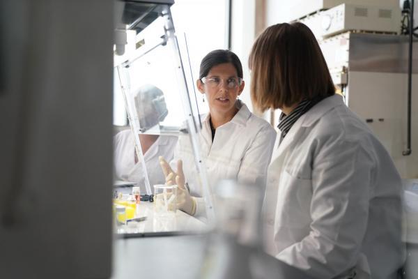 Annika & Student in lab